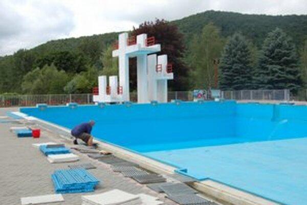 Kúpalisko. Robia sa posledné úpravy, napúšťa sa bazén.