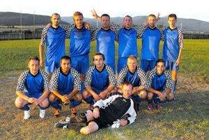 Víťazné mužstvo. Víťazstvo si podľa predpokladov z Jovíc odniesli hráči Krh. Dlhej Lúky.