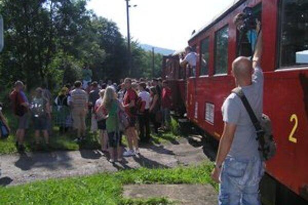 Privítanie. Hostí privítal svojím spevom folklórny súbor Stromíš, ale aj starosta obce Vlachovo.