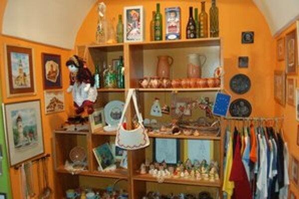 Turisticko–informačné centrum. Na výber je množstvo propagačných materiálov.