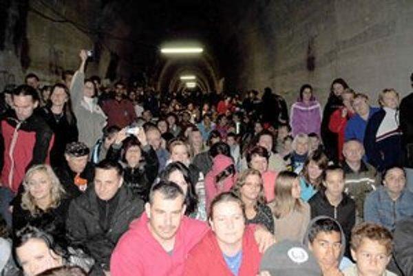 V tuneli. Na koncert sa prišlo pozrieť množstvo zvedavcov.