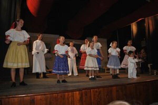 Program. Veľký úspech mali najmladší členovia FS Dolina.