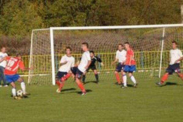 Záverečný tlak. Hostia z Kr. Chlmca sa v závere snažili, no gól im nebolo súdené dať.