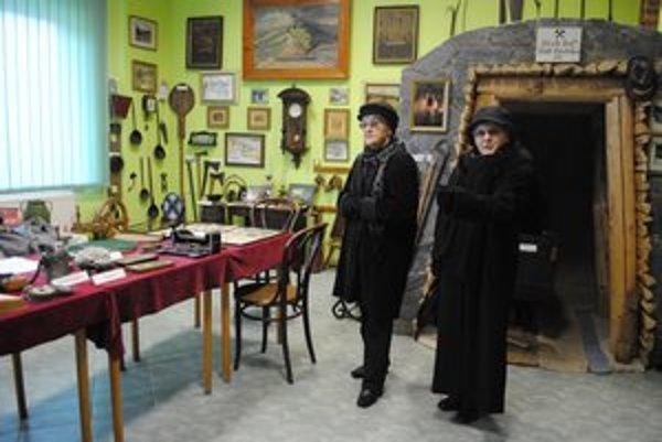 Návštevníčky. Prišli na návštevu, tak vošli aj do malého múzea v centre mesta.