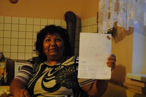Erika Gažiová je vlastníčkou parcely pod jej domom. Ukazuje nám geometrický plán.