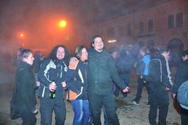 S úsmevom. Peter Smerek (vľavo) privítal na námestí Nový rok s priateľmi.
