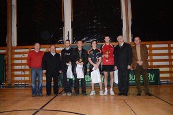 Ocenení a odovzdávajúci. Na snímek zľava D. Pollák, A. Hamran, P. Šereda, J. Szucs, J. Figeľ, S. Novota, J. Chanas a Z. Gallo.