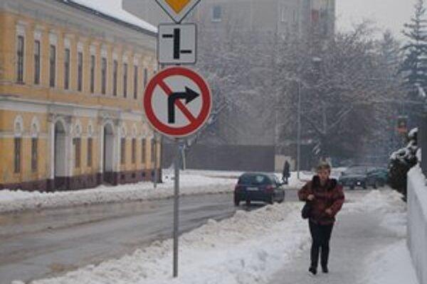 Centrum mesta na poludnie. Chodníky a cesty boli upratané.