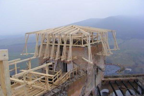 Dočasnú strechu začali na hrade budovať v polovici októbra minulého roku.