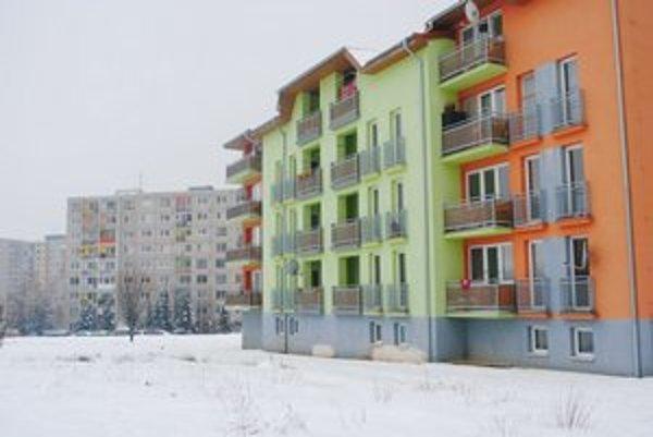 Bytovky v časti Družba. Na prízemí riešené s bezbariérovým bývaním.