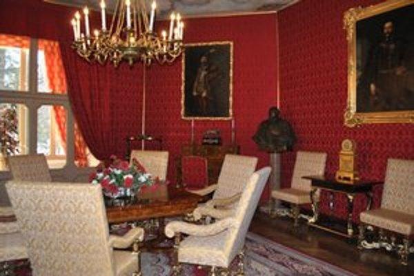 Červený salónik v Betliari. Tu si snúbenci hovoria svoje áno. Zaplatia od 111 do 144 eur.