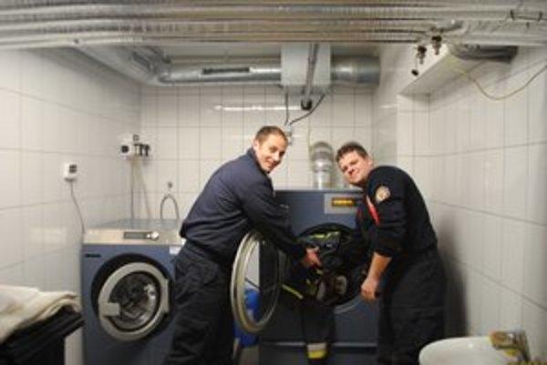 Nová technika. Okrem techniky, ktorú využívajú pri záchrane ľudských životov, pribudli aj nové stroje na údržbu špeciálnych hasičských odevov.