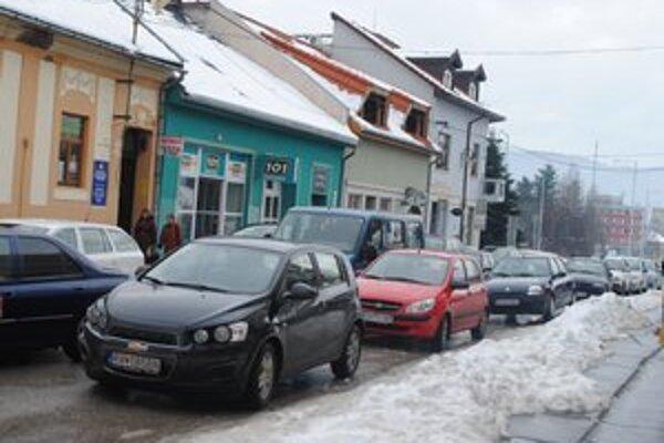 Parkovanie na námestí. Počas dňa je preplnené odstavenými autami.
