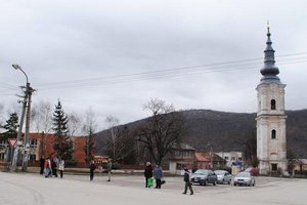 Plešivec. Obec má široké námestie s pamätihodnosťami.