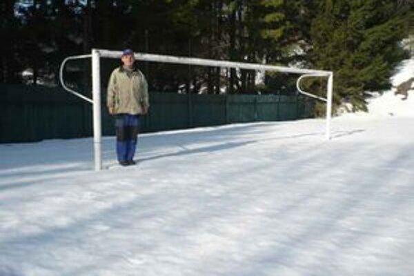Dedinky. Iné je to na Dedinkách. Včera ráno tam bolo na ihrisku snehu viac než dosť.