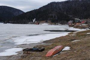 Dedinky. Vodnú hladinu stále pokrýva ľad.