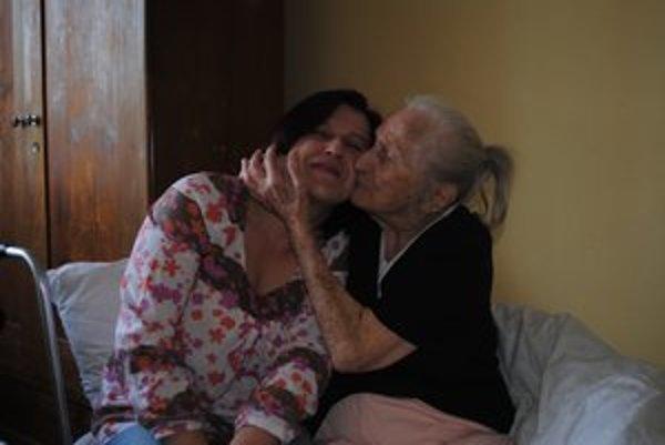 S vnučkou. O pani Teréziu sa stará jej vnučka.