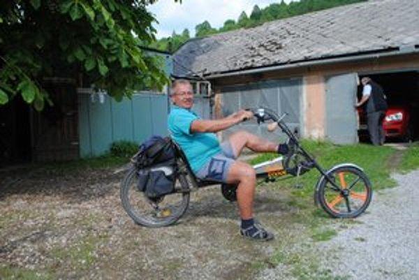Diván. Pán Ľudovít sa bez svojho bicykla takmer nikam nepohne.