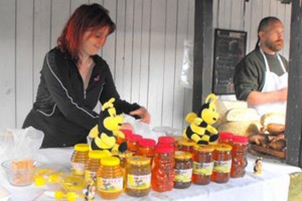 Trhovníci. V obľube je aj stánok s kvalitným včelím medom.