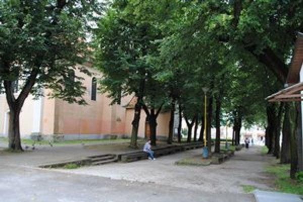 Malý park na námestí. V súčasnosti pôsobí zdevastovane.