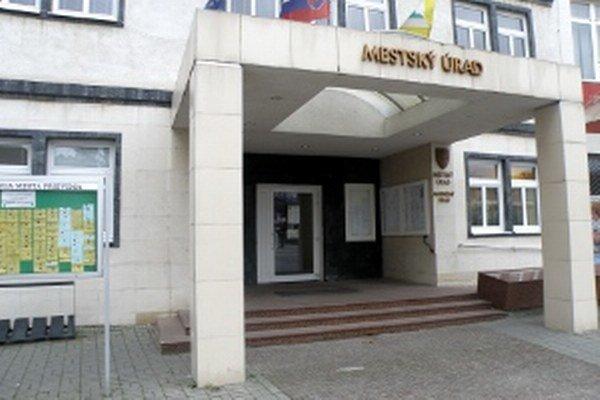 Na Mestskom úrade v Prievidzi majú počas volieb službu niekoľkí zamestnanci.