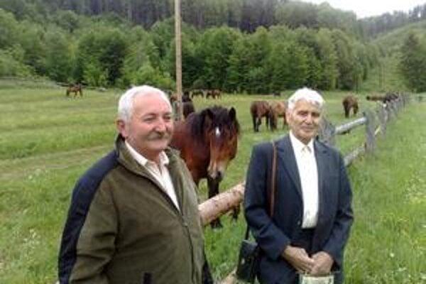 František Kánoš (vpravo). S niekdajším vedúcim hospodárskeho dvora na Veľkej Lúke Imrichom Palocsányim.