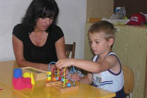 Adrien Hroncová na sedeniach s deťmi precvičuje napríklad aj zručnosti v motorike.
