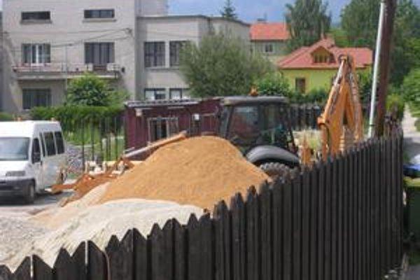 Areál pošty. Prebiehajú tu stavebné práce, v januári by malo pribudnúť nové parkovisko.