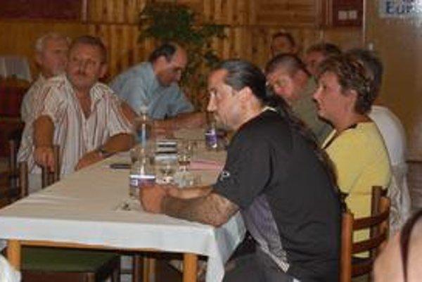 Zastupiteľstvo. Ich prvým bodom na stredajšom zasadnutí bola správa o súdnom spore o priebehu katastrálnej hranice medzi obcami Gemerská Hôrka a Plešivec.