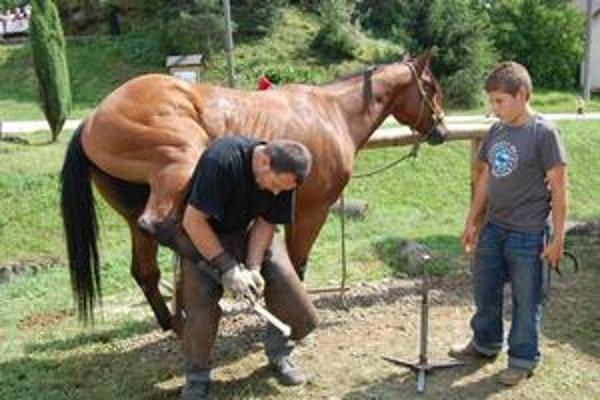 Podkúvanie koňa. Maroš Klobušník hovorí, že prezentovanie kováčstva na jarmokoch má význam.