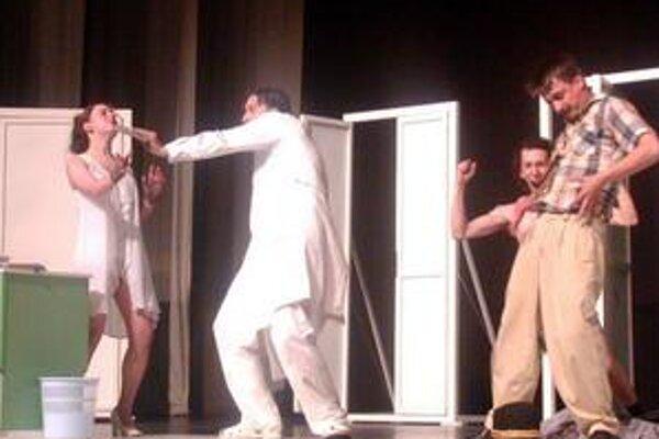 Okrem stálych hercov si zvyknú v divadle Acotres zahrať aj externí umelci.
