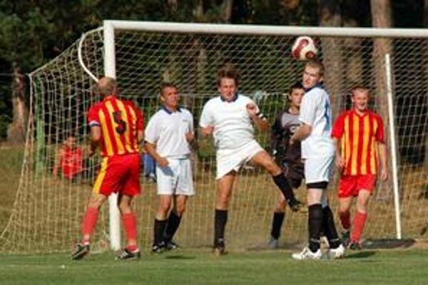 Obrana Krásnohorského Podhradia bola pozorná takmer celý zápas, až v závere sa hosťom podarilo streliť čestný gól.