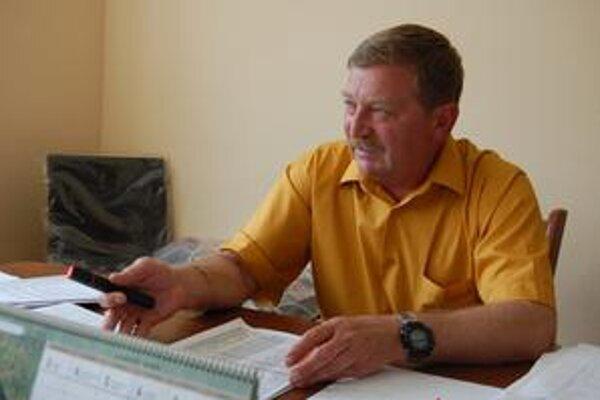 Starosta. Štefan Szarka hovorí, že vláda prijala uznesenie, tak nech ho aj rieši.
