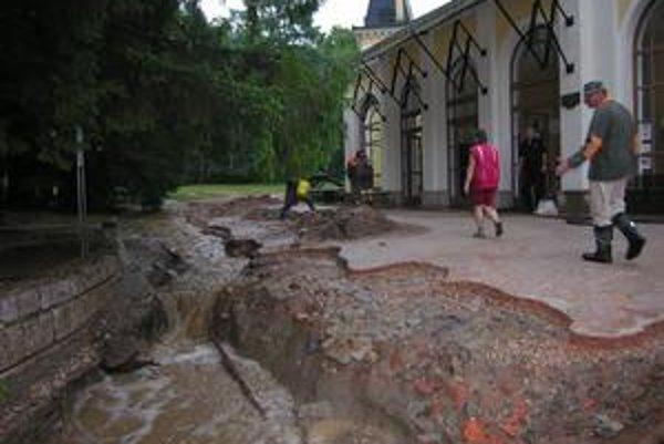 Následky. Vymyté chodníky a krátery ostali po prívalových dažďoch v roku 2006.