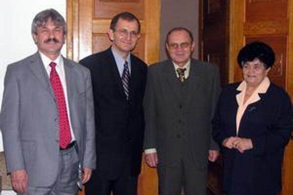 Viceprimátor. František Kardoš (druhý sprava) bol pôvodne nezávislý, ale na zastupiteľstve prekvapil primátor Laciak (druhý zľava) informáciou, že Kardoš podpísal koaličnú dohodu medzi poslancami Smeru a SMK. Až potom vstúpil viceprimátor do SMK.