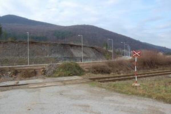 Železničný priechod. Samospráva požiadala ministerstvo hospodárstva o 300-tisíc eur na napojenie parku ku hlavnej ceste cez železnicu.