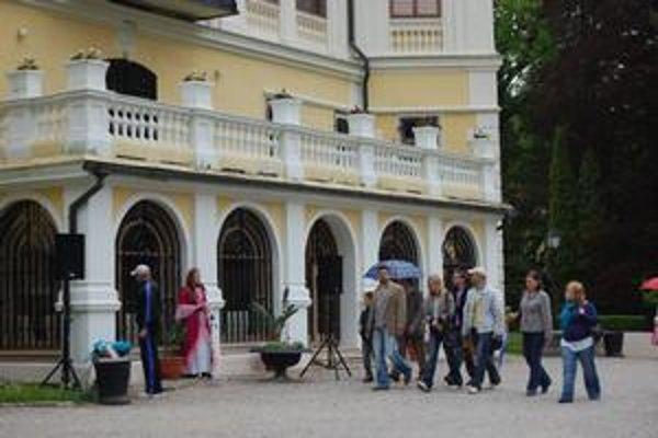 Pred kaštieľom. Okrem návštevníkov sa tam prechádzali aj dámy a páni odetí v dobových kostýmoch.