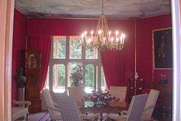 Červený salónik v kaštieli je sobášnou miestnosťou Mesta Rožňava.