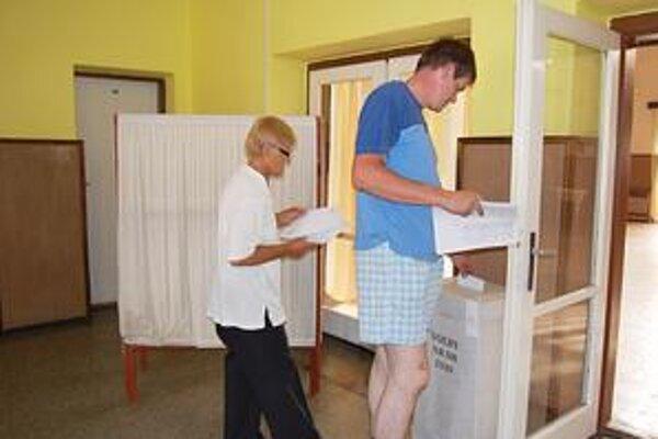 Hlasovanie. Niekde odovzdali voliči svoje hlasy takým stranám, ktoré u nich ešte pred štyri rokmi nemali ani šancu.