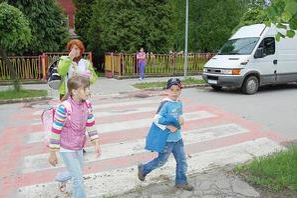 Priechody pre chodcov. Podľa polície treba deti upozorniť, že je dôležité na ceste vidieť a byť videný.