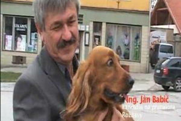 Ján Babič v klipe so svojim psom.