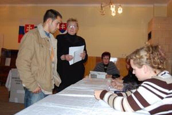Hlasovacie lístky pre istotu duplicitne podpisovali.