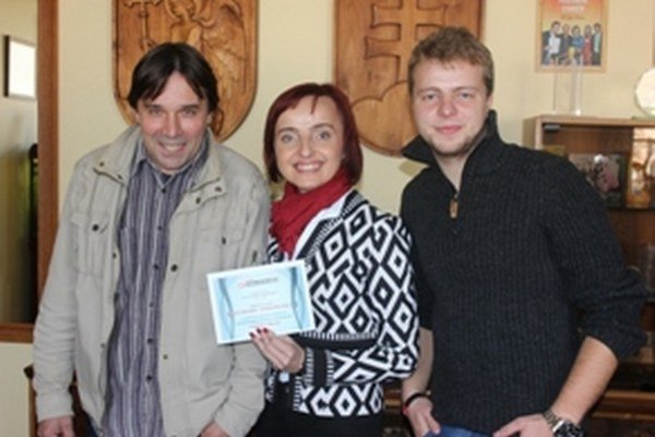 Odovzdávanie hlavnej výhry. Zľava: Víťaz Róbert Gatial, primátorka Katarína Macháčková a športový redaktor Ivan Mriška.