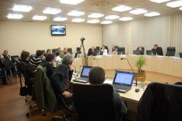 Poslanci rozhodli, že predaj podielu mesta v teplárenskej spoločnosti sa odkladá.