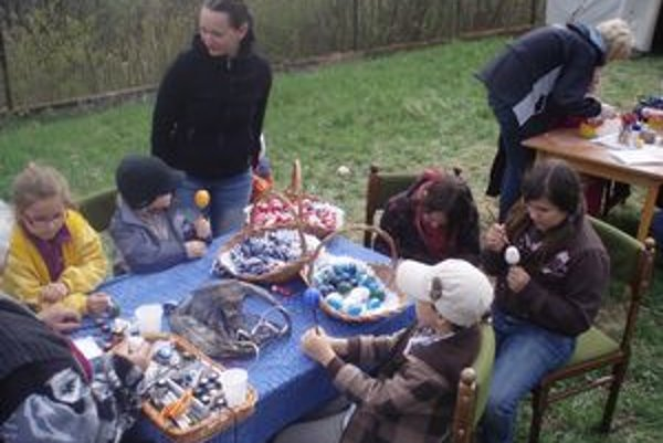 Deti si vlastnoručne vyrábali maľované vajíčka.