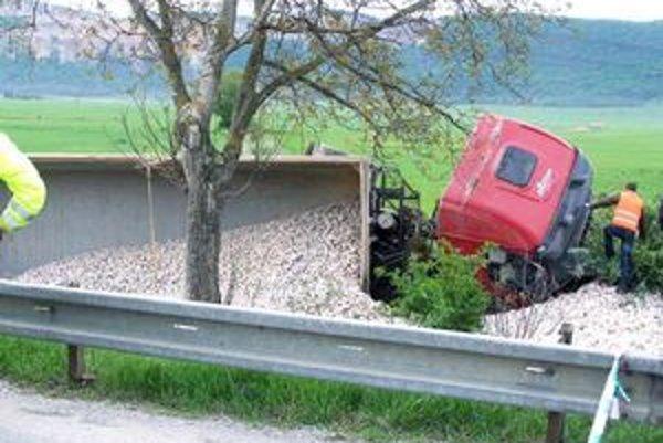 Nákladné auto. Vplyvom silného nárazu sa prevrátilo. Jeho vodič utrpel len ľahké poranenie.