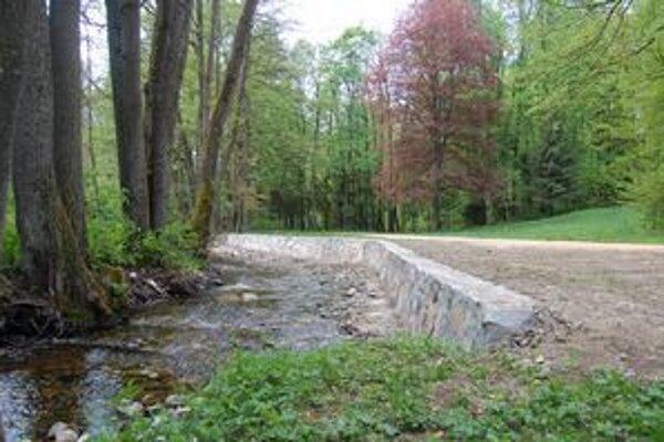 Krivý potok. V súčasnosti sú na niektorých miestach postavené protipovodňové múry. Na kompletné úpravy jeho koryta však Múzeum Betliar peniaze zatiaľ nemá.