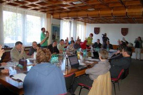Poslanci MZ. Schválili tesne 11 hlasmi predaj podielu mesta v Tekore.