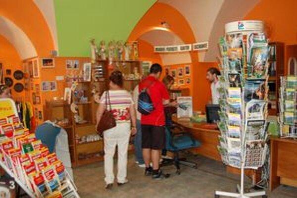 Turisti prichádzajú do TIC aj pre užitočné informácie o našom regióne.