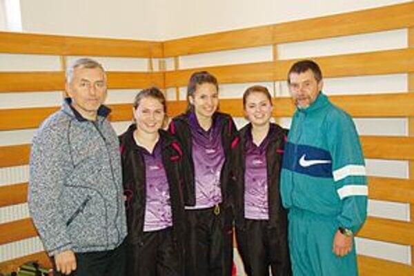 Baník Mlynky. Trojica hráčok (zľava J. Gotthardtová, A. Palacková a Z. Ogurčáková) spolu s vedúcim mužstva J. Černickým (vľavo) a trénerom M. Lenkeyom.